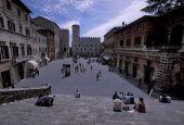 Nuovo arredo urbano per la piazza di Todi