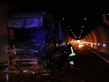 Un camion ha preso fuoco nella galleria di San Gemini
