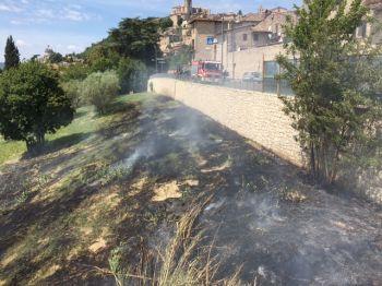 Incendio lungo la circonvallazione a Todi