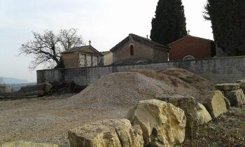 Al cimitero di Torregentile arnie e cumuli di inerti
