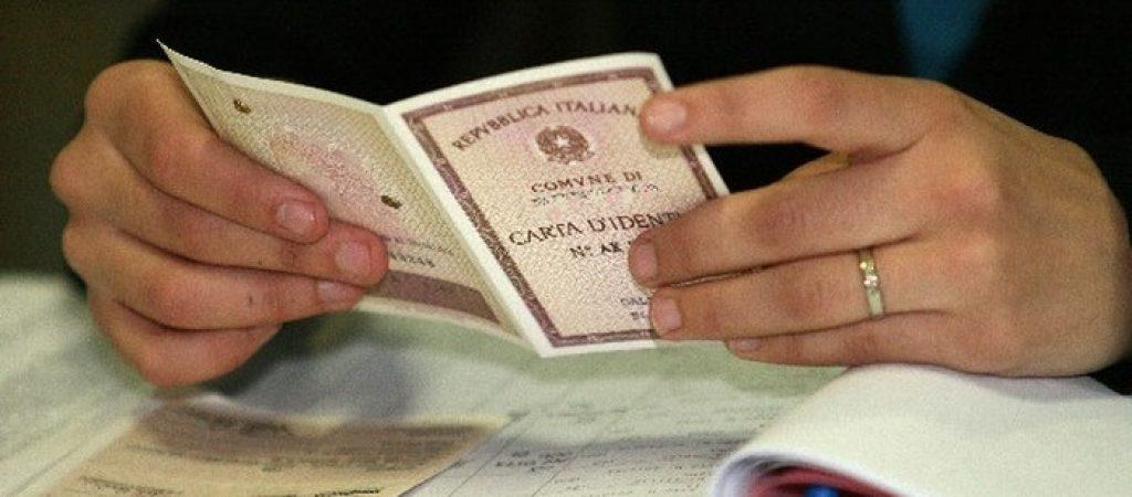 ©lapresse 13-04-2008 Brescia Italia politica Elezioni camera e senato comune circoscizione 2008 ; primo giorno di voto ; nella foto lo scrutatore verifica i documenti